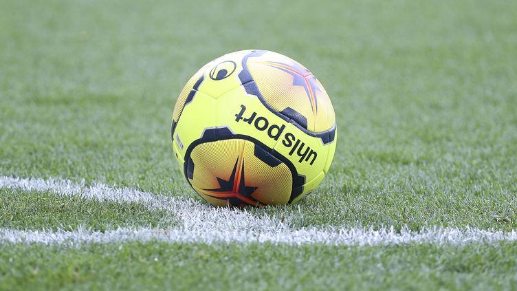 Le ballon de la Ligue 1 à l'arrêt sur la nouvelle pelouse hybride du stade Bollaert-Delelis de Lens (JEAN CATUFFE / JEAN CATUFFE)