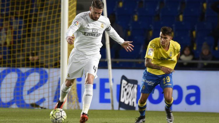 Sergio Ramos (Real Madrid) tente de se défaire d'Emmanuel Culio (Las Palmas) (DESIREE MARTIN / AFP)