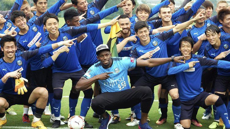 Bolt en visite dans un club de football japonais en septembre dernier  (MASATO YAHAGI / YOMIURI)