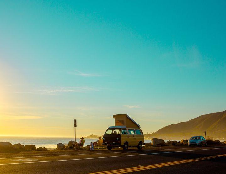 Stationner son van face à la mer le temps d'admirer le coucher du soleil. (YESCAPA)