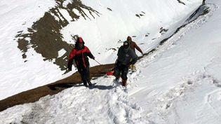 Image de l'armée népalaise secourant des trekkeurs sur l'Annapurna Circuit, dans le district de Mustang (Nepal) ,e 17 octobre 2014. (NEPALESE ARMY / MAXPPP)