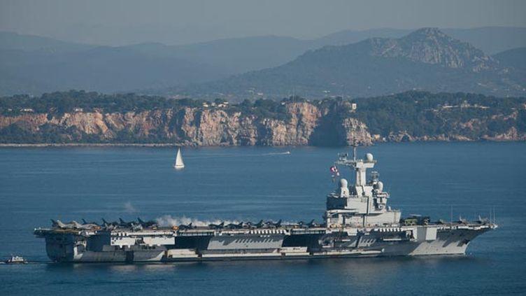 (Ici à son départ de Toulon le 18 novembre, le Charles-de-Gaulle est actuellement au large de la Syrie © MAXPPP)