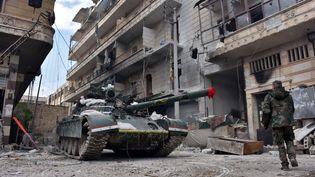 A Alep, des troupes gouvernementales syriennes patrouillent le 7 décembre dans un quartier repris aux rebelles (GEORGE OURFALIAN / AFP)