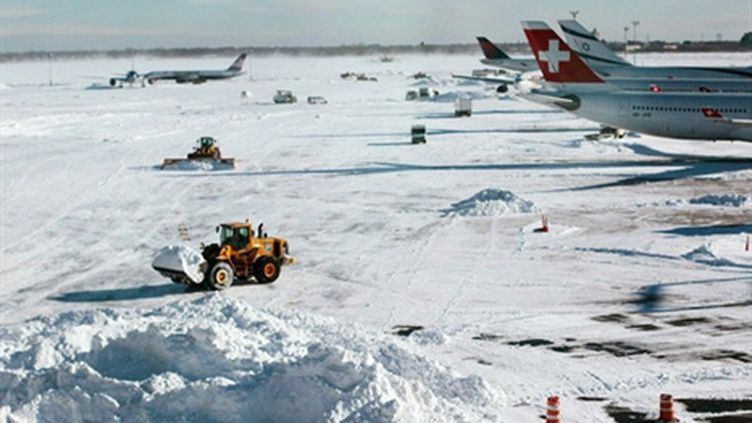 L'aéroport John F.Kennedy de New York reprend doucement son activité (27 décembre 2010) (AFP - CHRIS HONDROS)