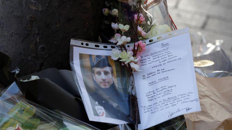 Des fleurs et des messages ont été déposés sur les Champs-Elysées en hommage au policier Xavier Jugele, 37 ans, tué dans l'attaque du 20 avril. Image d'illustration. (FRANCOIS GUILLOT / AFP)