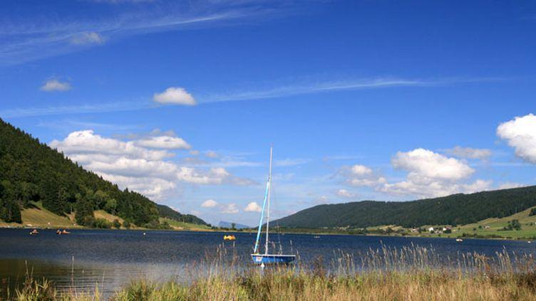(Le Lac de Rousses est situé sur la commune des Rousses, au nord-est du village, dans le département du Jura © Fotolia)