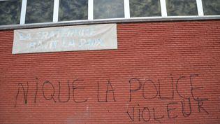 Une inscription hostile aux policiers, le 6 février 2017, à Aulnay-sous-Bois (Seine-Saint-Denis), où l'interpellation violente d'un jeune homme a donné lieu à la mise en examen de quatre policiers, dont l'un pour viol. (ALPHA CIT / CITIZENSIDE)