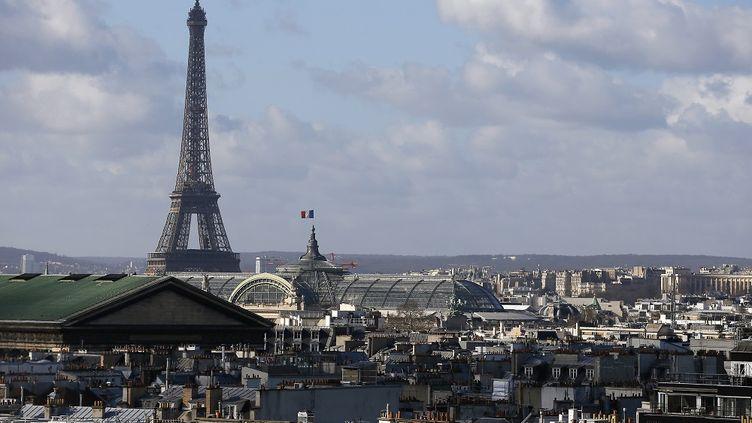 La tour Eiffel et le Grand Palais à Paris le 27 février 2015. (PATRICK KOVARIK / AFP)