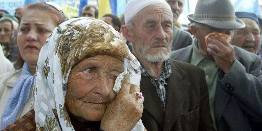 Le 18 mai 2004 à Simféropol.Des Tatars de Crimée lors d'une cérémonie de célébration du souvenir de la déportation de leur communauté par Staline en 1944. (AFP - Files - Sergei Supinsky)