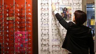 Présentoir de lunettes chez un opticien. (LIONEL VADAM  / MAXPPP)