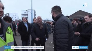 Le député de l'Eure, Bruno Questel, face à des cheminots, à Sotteville-lès-Rouen (Seine-Maritime), le 9 avril 2018. (FRANCE 3)