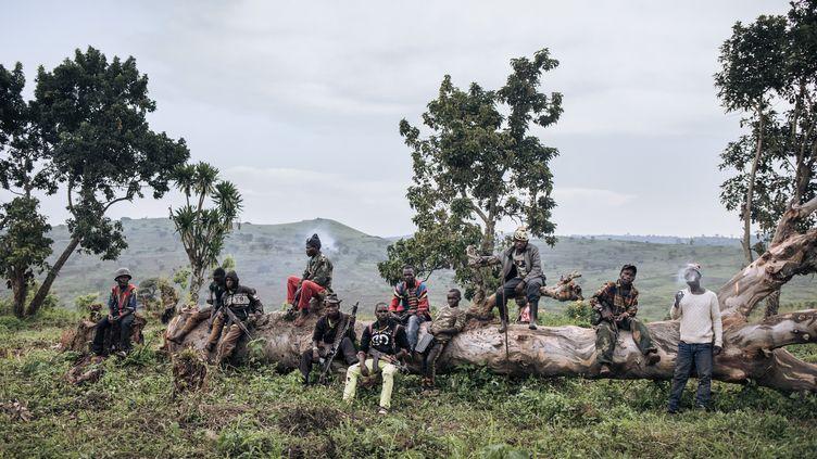 Des miliciens, y compris des mineurs, d'un groupe armé montent la garde dans le village de Wadda, province de l'Ituri, au nord-est de la République démocratique du Congo, le 19 septembre 2020. (ALEXIS HUGUET / AFP)