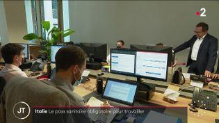 Dans les locaux d'une entreprise, en Italie. (France 2)