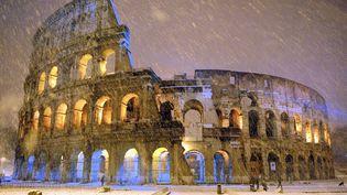 La neige tombe sur le Colisée à Rome (Italie), le 4 février 2012. (GABRIELE FORZANO / REUTERS)