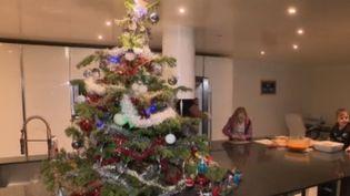 Les habitants du Var ont été frappés par plusieurs inondations successives. À Fréjus, les parents se préparent comme ils peuvent pour offrir le plus beau des réveillons de Noël à leurs enfants. (FRANCE 2)