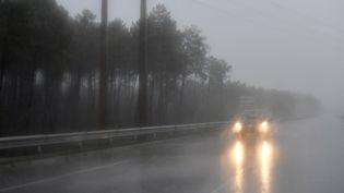 Une voiture roule sous la pluie près d'Arès (Gironde), le 5 février 2017. (GEORGES GOBET / AFP)