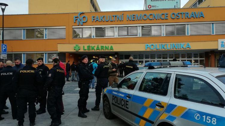 Desforces de l'ordre devantl'hôpital attaqué à Ostrava (République Tchèque), sur une photo publiée par la police tchèque, le 10 décembre 2019. (POLICIE CR / TWITTER)