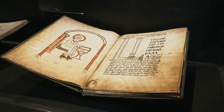 Au cours des siècles, les moines de Landévennec sont passés maîtres dans l'art de l'enluminure.  (France 3 / Culturebox)