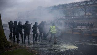 """Les forces de l'ordre en intervention samedi 1er décembre à Paris lors de la troisième manifestation nationale des """"gilets jaunes"""". (ZAKARIA ABDELKAFI / AFP)"""