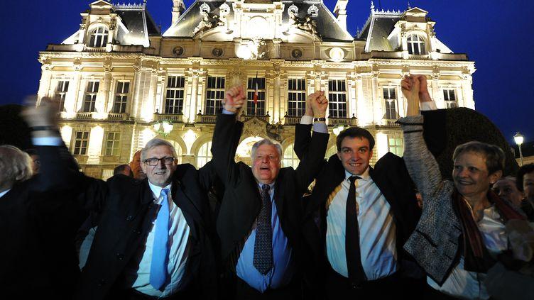 Le nouveau maire de Limoges (Haute-Vienne), Emile-Roger Lombertie(avec la cravate bleue), fête sa victoire, le 30 mars 2014. (PASCAL LACHENAUD / AFP)