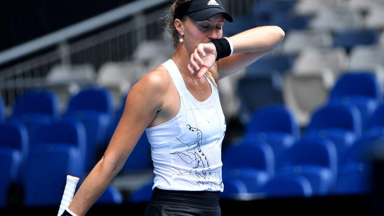 Kristina Mladenovic déçue lors de sa défaite au 3e tour de l'Open d'Australie. (PAUL CROCK / AFP)