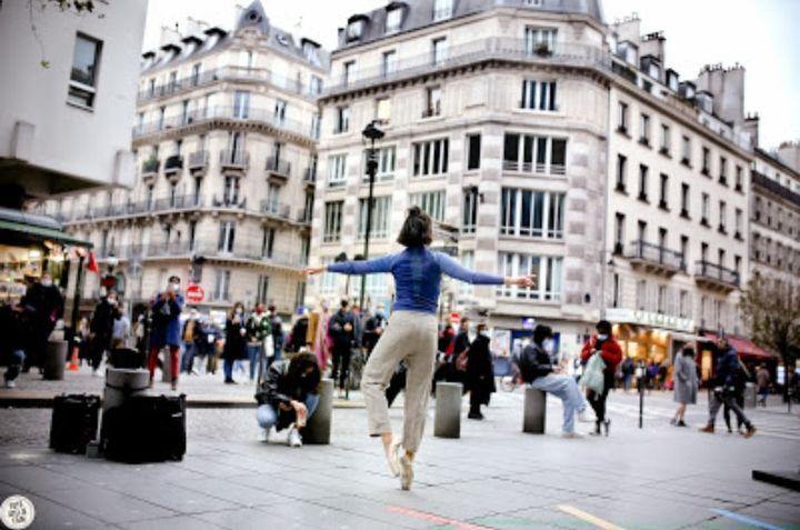 Pour gagner un peu plus d'argent, Jade danse aussi dans la rue à Paris. (Dragan Milosevic / Foto Atelje Film)