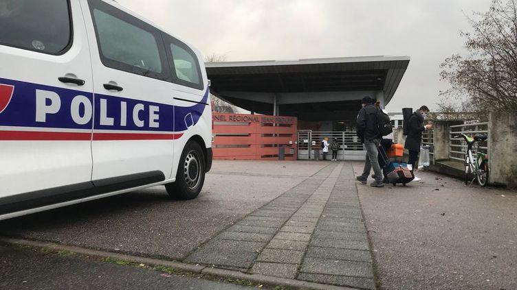 Lundi 1er février en soirée, les investigations se poursuivent aux abords du lycée Jean-Prouvé de Nancy. Les polices nationale et municipale vont renforcer la surveillance dans le secteur. (Arnauld Salvini/ France Télévisions.)