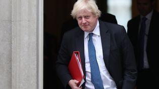 Boris Johnson quitte le 10, Downing Street, résidence de la Première ministre britannique, le 9 juillet 2018. (DANIEL LEAL-OLIVAS / AFP)