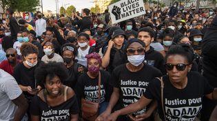 Des manifestants réunis devant le palais de justice de Paris réclament la vérité sur les causes de la mort d'Adama Traoré, le 2 juin 2020. (JULIEN BENJAMIN GUILLAUME MATTIA / ANADOLU AGENCY / AFP)