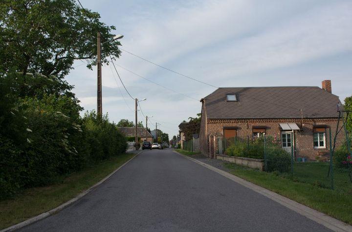 Les premières recherches se concentrent dans larue où habitait Tom, au Hérie-la-Viéville (Aisne). (MATHILDE GOUPIL / FRANCEINFO)