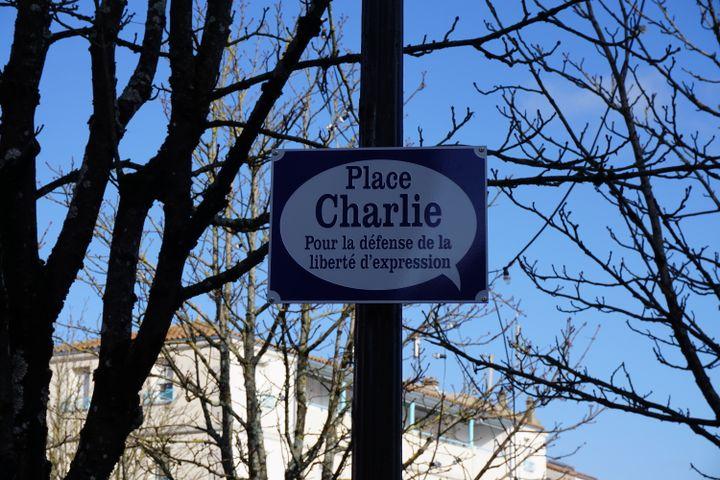 La place Charlie a été inaugurée le 1er février 2015 à Angoulême, pour rendre hommage aux dessinateurs tués le 7 janvier. (JULIE RASPLUS / FRANCETV INFO)
