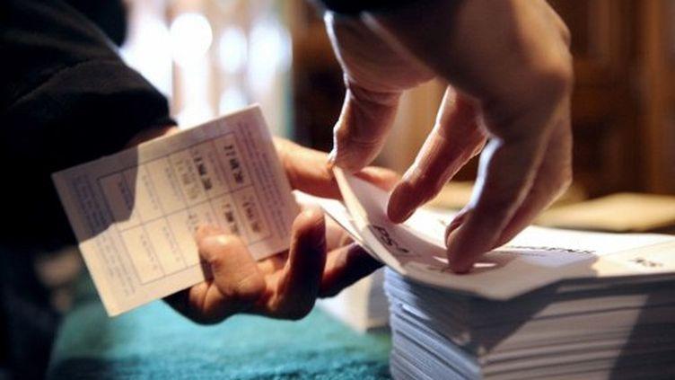 Des bulletins électoraux dans un bureau de vote à Thizy (Rhône) en mars 2011 (AFP PHOTO PHILIPPE MERLE)