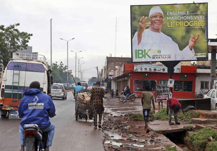 Affiche du président malien sortant, Ibrahim Boubacar Keïta, à Bamako (IBK) dans une rue de Bamako le 18 juillet 2018 ( Baba Ahmed/AP/SIPA)