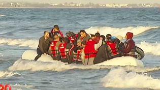 Un canot gonflable débarque 45 migrants sur le plage de l'île deKos en Grèse, mai 2015 ( FRANCE 2)