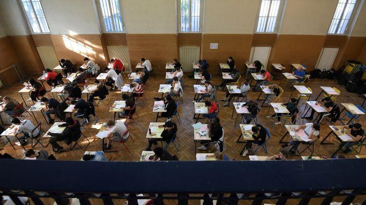 Des élèves de terminale passent l'épreuve de philosophie du bac, le 17 juin 2019, à Strasbourg (Bas-Rhin). (FREDERICK FLORIN / AFP)