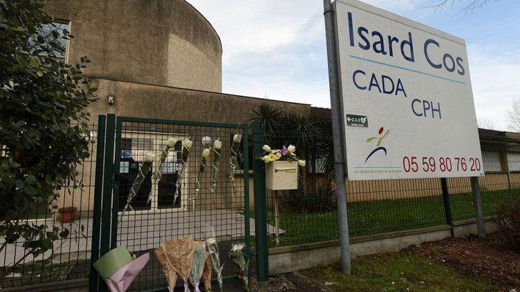 Des fleurs sur la grille duCentre d'accueil pour demandeurs d'asile (Cada) Isard-COS de Pau (Pyrénées-Atlantiques), le 20 février 2021. (GAIZKA IROZ / AFP)