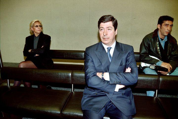 Patrick Balkany et son épouse Isabelle comparaissent devant le tribunal correctionnel de Nanterre, le 19 mars 1996, pour l'utilisation d'employés municipaux à des fins personnelles. (PATRICK KOVARIK / AFP)
