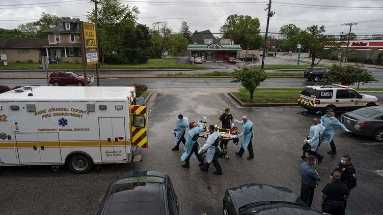 Des soignants prennent en charge un patient victime d'overdose, le 6 mai 2020 à Brooklyn, dans l'Etat du Michigan (Etats-Unis). (ALEX EDELMAN / AFP)
