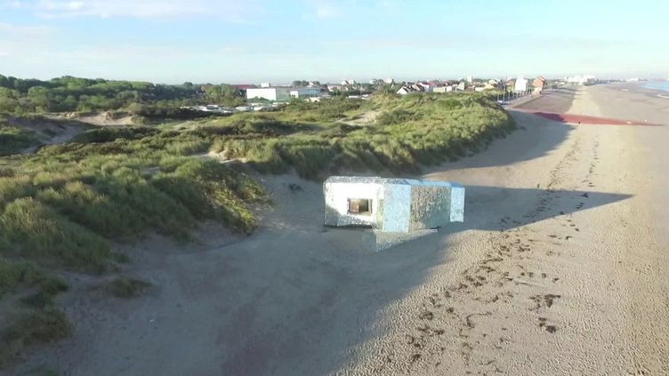 """Le """"blockhaus miroir"""" sur le littoral du département du Nord à Leffrinckoucke. (FRANCEINFO)"""