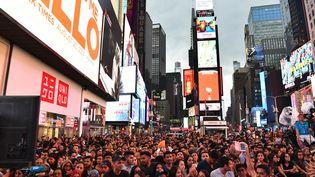 La foule réunie àTimes Square à New York, le 13 juillet 2017, pour le festival du film indien. (ANGELA WEISS / AFP)