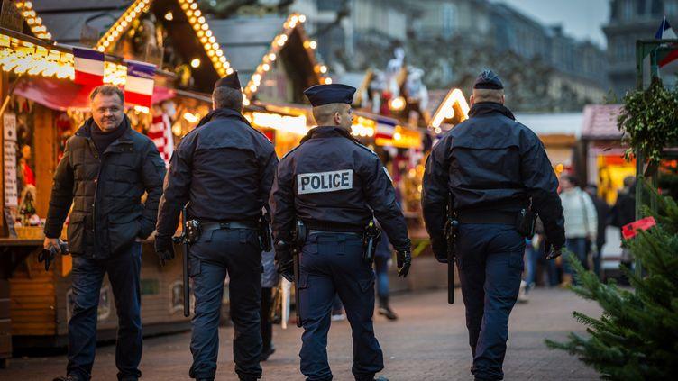 Des policiers patrouillent dans les allées du marché de Noël de Strasbourg (Bas-Rhin), le 27 novembre 2015. (CLAUDE TRUONG-NGOC / AFP)