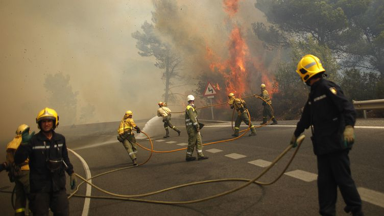 Les pompiers combattent le feu entre Marbella et Ojén, près de Malaga (sud de l'Espagne), vendredi31 août 2012. (JON NAZCA / REUTERS)