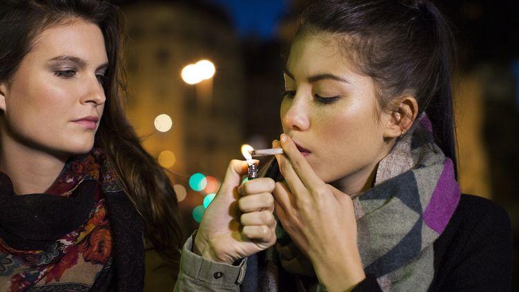 Deux jeunes femmes fumant du cannabis, un facteur de cancer. (SIGRID OLSSON / MAXPPP)