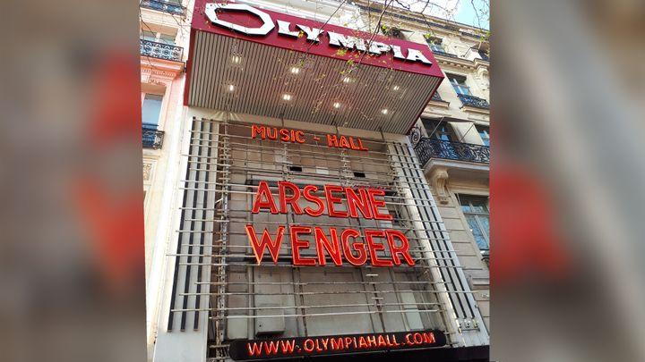Arsène Wenger, en grosse lettre, à l'Olympia ce lundi soir. (CÉCILIA ARBONA / RADIO FRANCE)