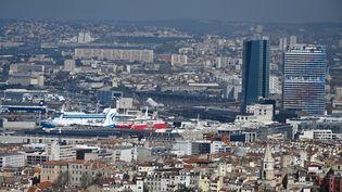 Vue du port et des quartiers nord de Marseille, en mars 2020. (GERARD JULIEN / AFP)