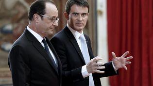 François Hollande et Manuel Valls discutent juste après la conférence de presse du chef de l'Etat, le 5 février 2015 à l'Elysée. (PHILIPPE WOJAZER / AFP)