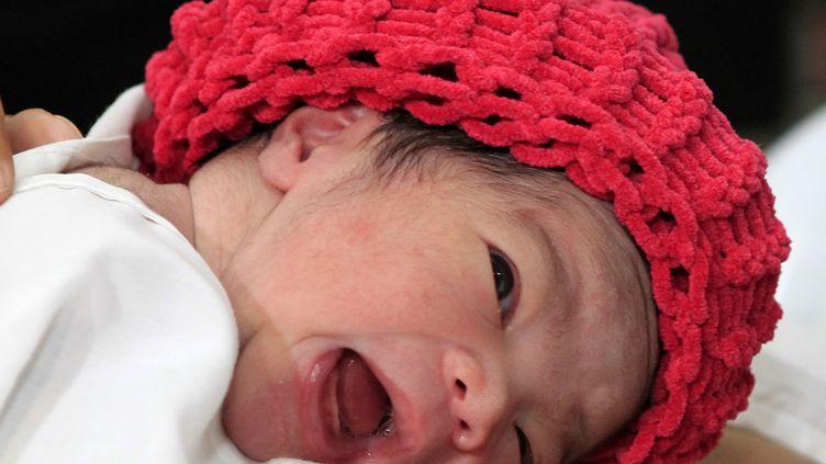 Danica MayCamacho, née dimanche 30 octobre deux minutes avant minuit, à Manille, aux Philippines. (ERIK DE CASTRO / REUTERS)
