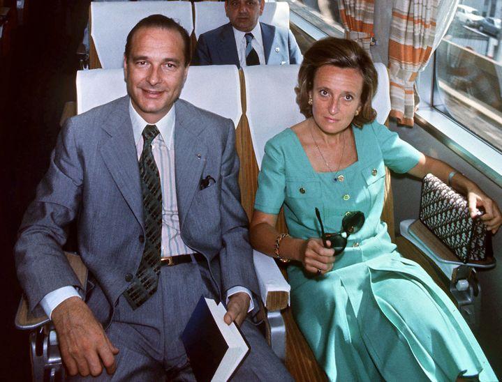 Jacques Chirac et son épouse Bernadette voyagent à bord du train Tokaido, reliant Tokyo à Osaka (Japon), le 2 août 1976. (AFP)