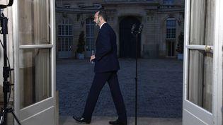 """Edouard Philippe termine son intervention face à la presse, vendredi 6 décembre 2019 à Matignon. Le Premier ministrevient d'annoncer que les régimes spéciaux de la RATP et de la SNCF seraient supprimés de façon progressive afin de """"ne pas changer les règles en cours de partie"""". (BERTRAND GUAY / AFP)"""