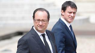 François Hollande et Manuel Valls sortent dans la cour de l'Elysée après une réunion du cabinet, le 15 juin 2016. (YANN BOHAC / CITIZENSIDE / AFP)